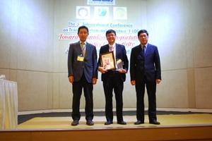 表彰式(左の写真:右からMiao教授、Ong講師、岡田理事長.jpg